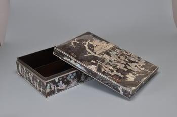 黑漆嵌螺鈿嬰戲仿文人雅趣紋長方盒。(國立歷史博物館提供)