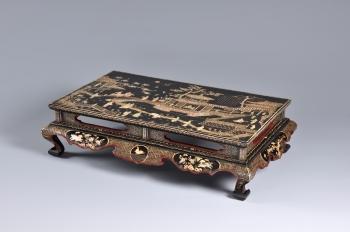 黑漆嵌螺鈿庭園樓閣人物紋長方形桌。(國立歷史博物館提供)