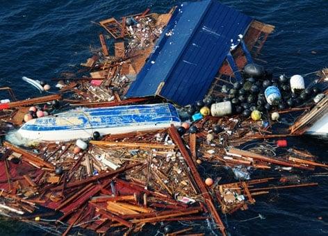 相當於德州大小的漂浮垃圾島正朝美西海岸移動。圖為部分海面殘骸。(NOAA提供)