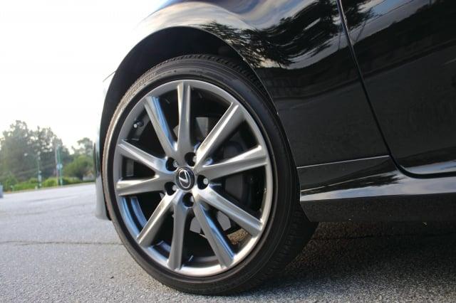 導致汽車振動的最有可能的原因就是輪胎。(大紀元資料室)