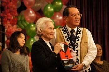 82歲的阿嬤(左)取得保留地權狀欣喜和原住民委員會主委林江義(右)合照。(記者詹亦菱/攝影)