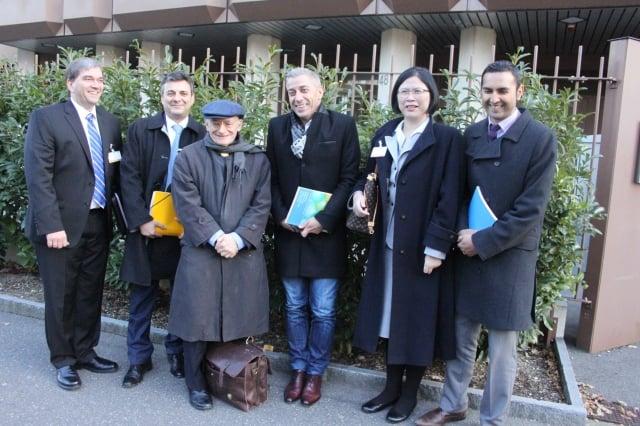 12月9日,DAFOH代表在把近150萬簽名送交聯合國人權專員辦公室。(記者李景行/攝影)