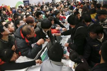 12月15日上午,雲南省昆明市突降罕見大雪,導致長水機場下午全面癱瘓並關閉(圖1),超過萬名旅客滯留機場且無人理睬,旅客憤怒抗議併發生搶奪盒飯事件(圖)。(大紀元資料室)
