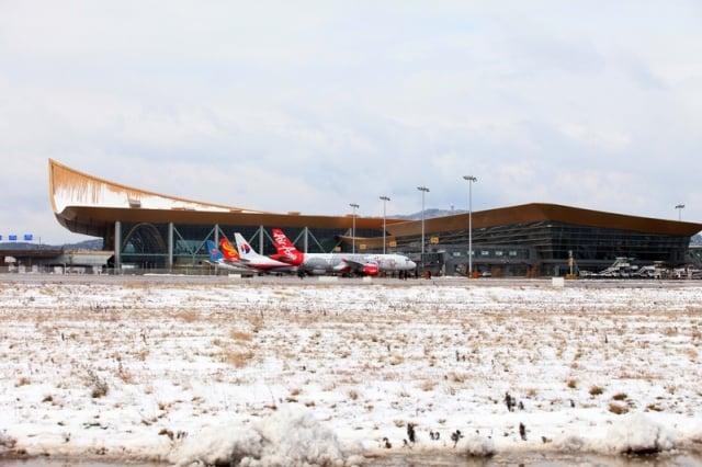 12月15日上午,雲南省昆明市突降罕見大雪,導致長水機場下午全面癱瘓並關閉。(大紀元資料室)