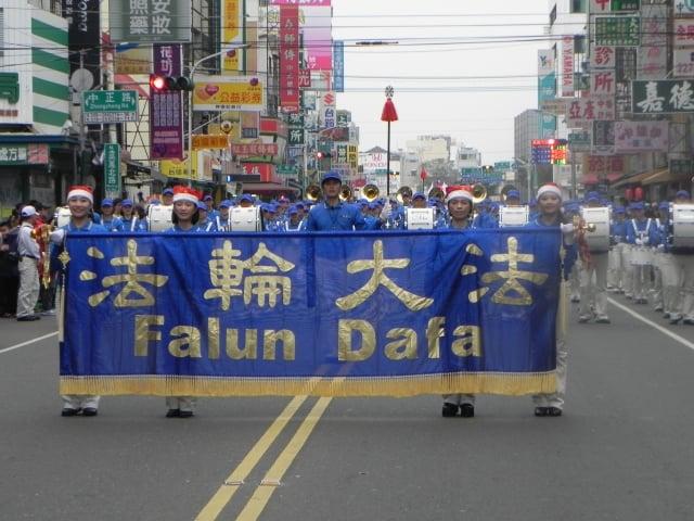 「台灣天國樂團」第3度應邀參加「嘉義市國際管樂節」踩街活動。(記者蔡上海/攝影)