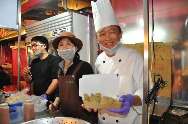 酵素臭豆腐攤老闆阮榮周(右),選擇用臭豆腐美味,征服台灣夜市饕客族,並且推向國際舞台。(記者李晴玳/攝影)