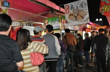 高雄凱旋夜市的酵素臭豆腐攤,人氣紅不讓。(記者李晴玳/攝影)