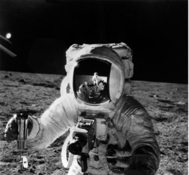 1969年11月19日阿波羅12號太空人在月球表面執行任務。(AFP/NASA)