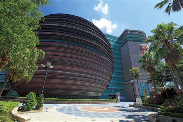台北京華城有一個直徑58米的球體造型設計,是目前世界最大的球形商場建築結構體。誰又能知道人類這些球形設計的靈感,是否就來自那史前時期的造月之術。(吳柏樺/攝影)