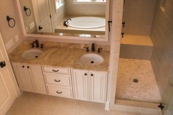 浴室中可加裝明顯的扶手、握把,照顧老年人的安全。(Fotolia)