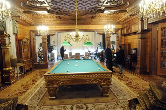 烏克蘭前總統維克托·亞努科維奇位於首都基輔附近的豪宅,內部奢華程度,令人咋舌。(YURIY DYACHYSHYN/AFP)