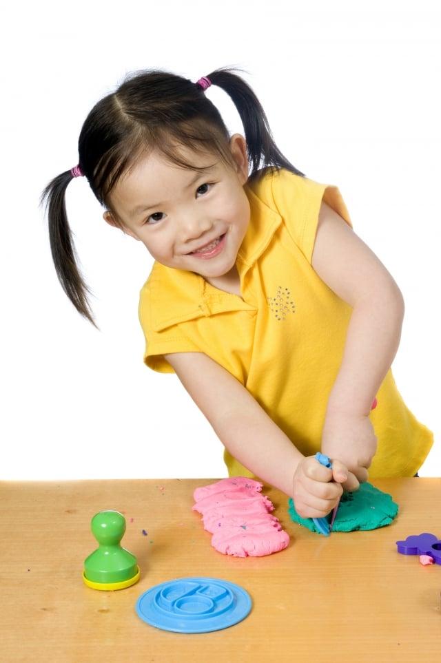 孩子在捏黏土遊戲中滿足好奇、熱情,也激發想像力和創造力。(Fotolia)