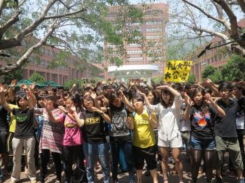 隨著太陽花學運退出立院議場,中山大學社會系師生10日中午發表「停止罷課、在地扎根」聲明,並與校內支持反服貿運動的師生,齊聲合唱「讓島嶼見天光」。(記者李晴玳/攝影)