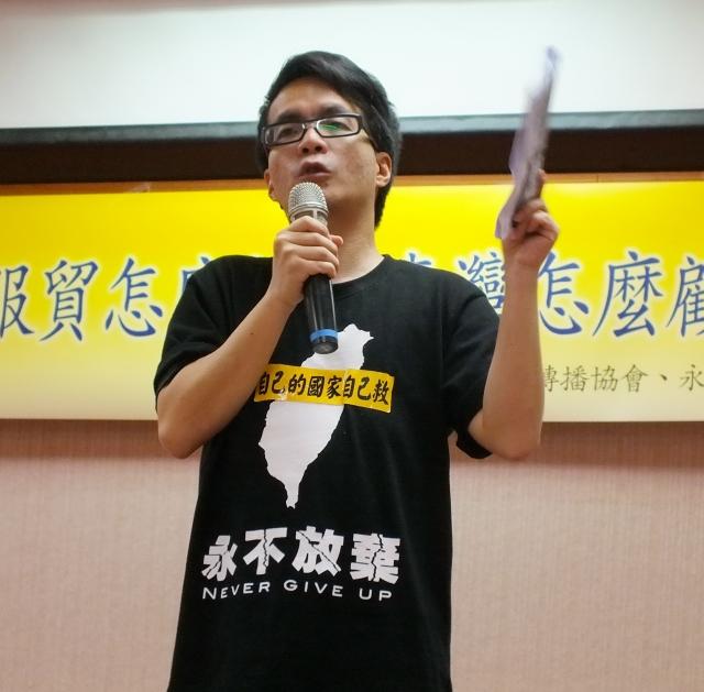 成大政經所教授梁文韜表示,「台灣和中國簽了服貿協定,才會被邊緣化!」(記者黃玉燕/攝影)