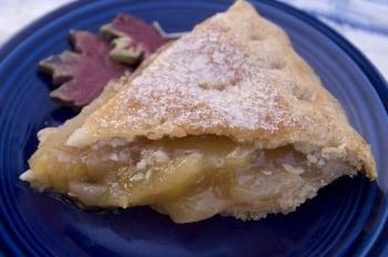 撒上糖粉、內餡是糖煮蘋果的點心派。(攝影/EET)