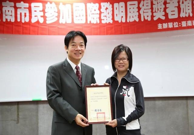 游紫彤獲台北國際發明展最高榮譽鉑金獎後與市長合照。(三締提供)