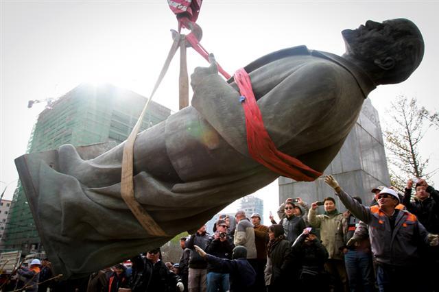 蒙古首都烏蘭巴托2012年10月14日拆除了最後一座列寧(Vladimir Lenin)像。(Getty Images)