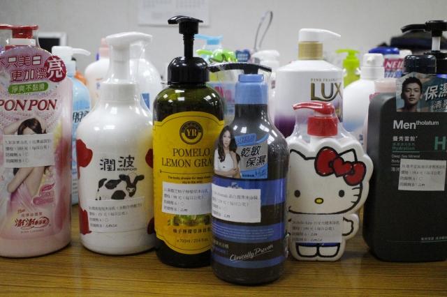 消費者文教基金會針對50件市售沐浴乳進行檢測,結果發現有六成四含有防腐劑,不過都符合規定標準。(記者施芝吟/攝影)