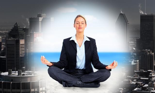 用打坐、瑜伽等方法放鬆身心。(Fotolia)