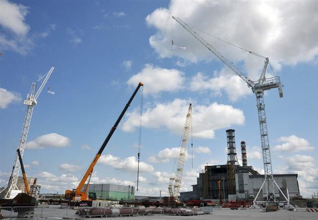 圖為烏克蘭2012年時正在興建一座新防護罩包住車諾堡核電廠。車諾堡核災是史上最慘重的核能災難之一。(SERGEI SUPINSKY / AFP)
