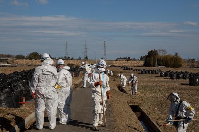 福島富岡町的工人持續進行土壤除核汙的工作。(Getty Images)