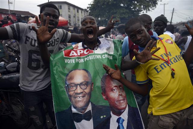 31日,數千名奈及利亞總統候選人布哈里的支持者於拉哥斯市街頭慶祝他成功當選總統(PIUS UTOMI EKPEI / AFP)