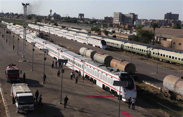 章家敦指出,中國一直以來以砸錢方式在中東非洲等地進行戰略擴張,亞投行的出現代表中國承認此種雙邊擴張模式已徹底失敗。圖為伊拉克巴格達火車站的新列車,由中國南車集團製造提供。(AFP PHOTO/STR)