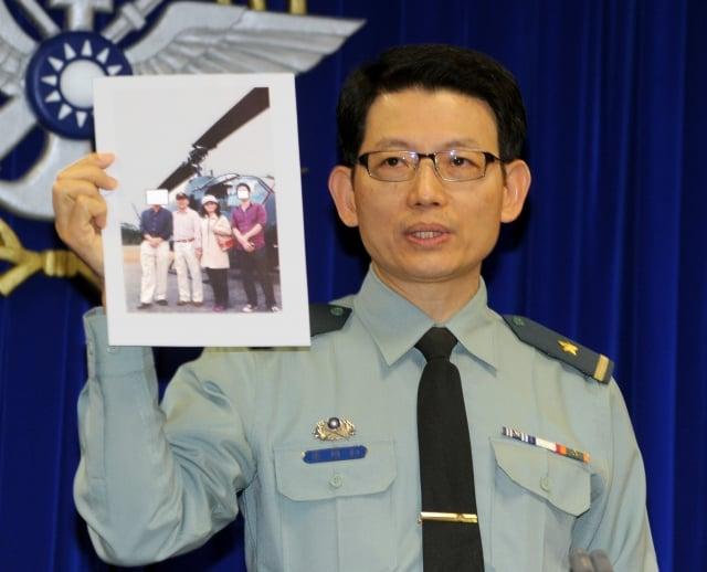 國防部發言人羅紹和10日對阿帕契案進行說明。(中央社)