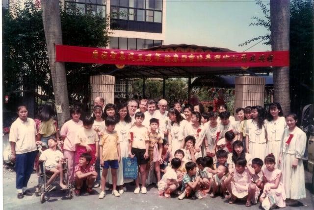 民國79年,聖嘉民啟智中心3周年慶時,梵蒂岡派員來訪。(靈醫會提供)