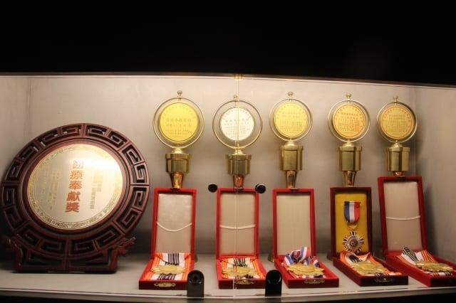 靈醫會的光榮紀錄--台灣醫療奉獻獎。(靈醫會提供)