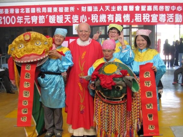 呂若瑟神父(左二)和表演舞獅的聖嘉民啟智中心成員。(靈醫會提供)