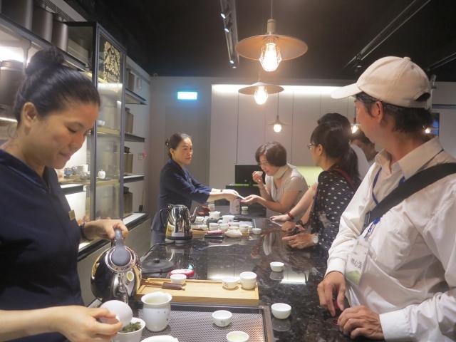 「遊山茶訪」觀光工廠由專業泡茶師為訪客泡茶、講茶。(攝影/鄧玫玲)