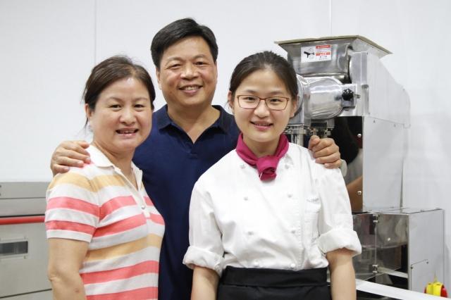 吳珮蓁做蛋糕最得力的助手是父親吳聲院(中)和母親余淑雯(左)。(記者許享富/攝影)