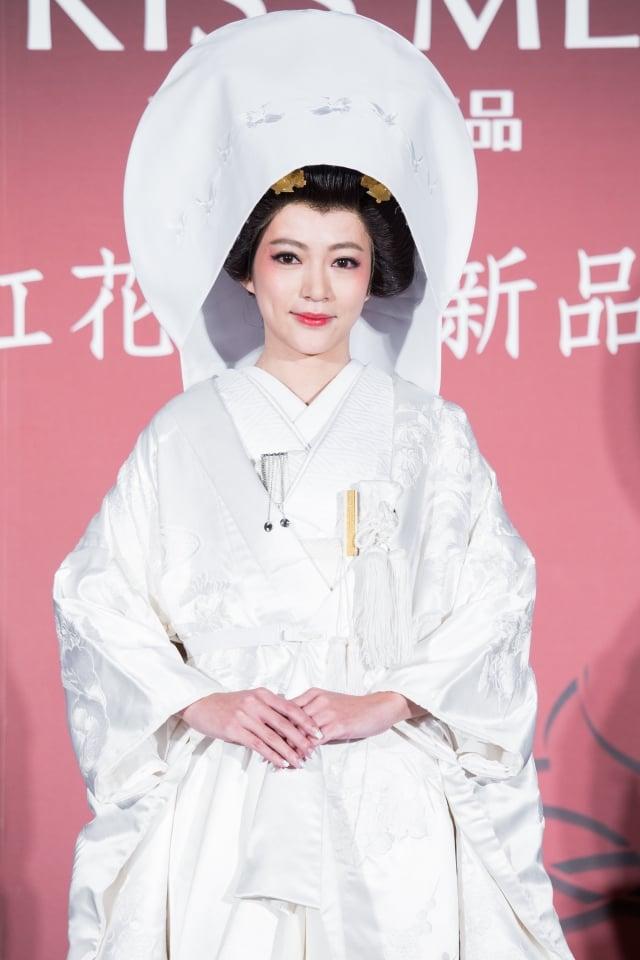 高宇蓁穿上價值60萬、重達20公斤的日本嫁衣「白無垢」。(記者陳柏州/攝影)