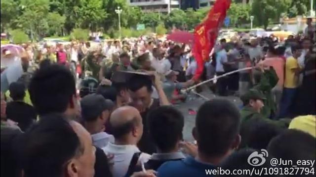 8月19日上午,數百名越戰老兵因為補助被剋扣到廣東省陽江市政府維權,與大量警察及政府人員爆發激烈衝突,場面極其混亂。20多名老兵受傷入院。據悉,全國多省市老兵將趕到陽江聲援,事態將進一步擴大。(網路圖片,以下亦同)