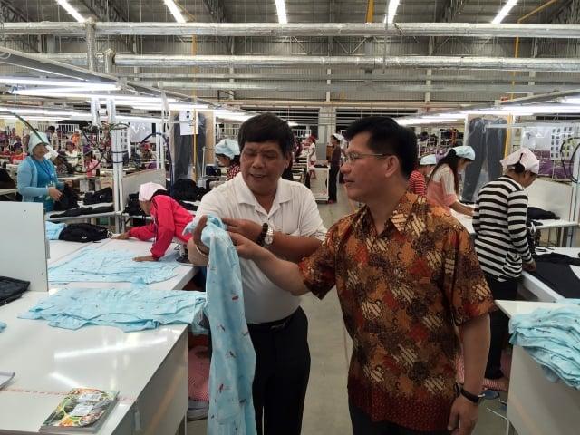 台中市長林佳龍(右)近日前往柬埔寨、越南城市考察,拜訪當地台商。(台中市政府提供)