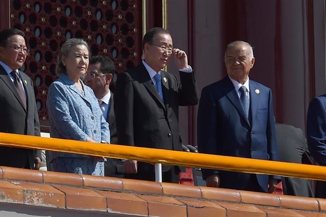 聯合國秘書長潘基文(右2)3日在天安門廣場的閱兵儀式上,與多位國際通緝犯站在一起閱兵,引發網民不滿。(WANG ZHAO/POOL/AFP)