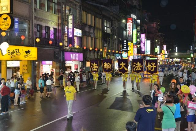 法輪功學員參與基隆中元祭遊行,整齊劃一的行進隊伍,令人耳目一新。(記者林志彥/攝影)