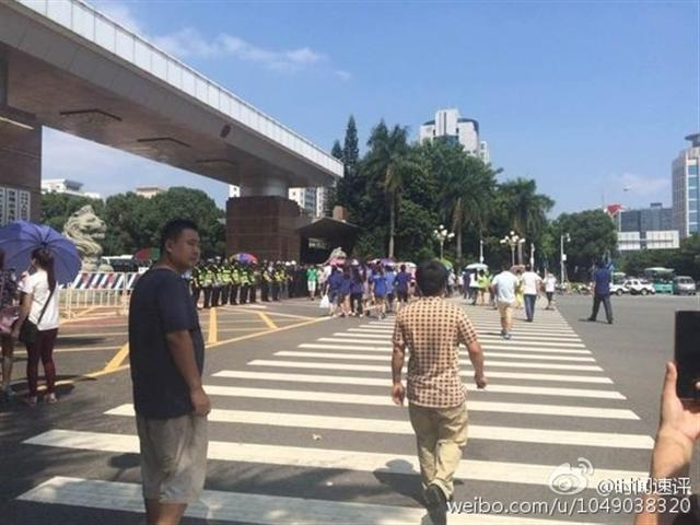在深圳龍崗區政府門口,有大批福昌的供應商以及員工代表就福昌突然倒閉事件提出抗議。(網絡圖片)