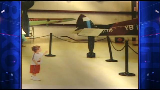 2歲時,詹姆斯第一次參觀飛機,就流連忘返。(YouTube視頻截圖)