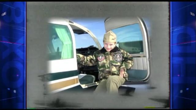 詹姆斯從小喜愛飛機。(YouTube視頻截圖)
