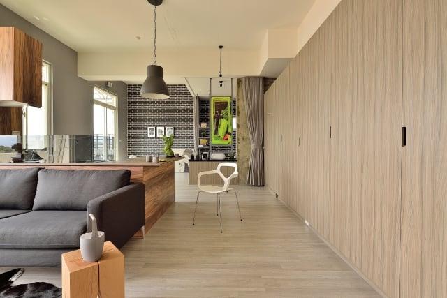 廊道盡頭,用活動的布幔遮掩有客人來時,需要隱私的衛浴空間。運用塗鴉手法,讓廁所鏡子的背面,展現出個性化的端景效果。(克俐凱文建築空間設計公司提供)