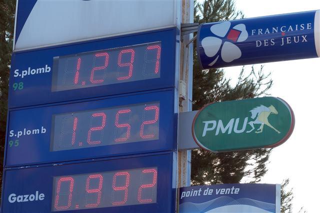 圖為法國馬賽一個加油站價格板,此價格已經是2009年3月以來的最低價。(Getty Images)