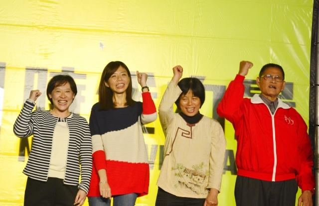 洪慈庸(左2)表示,她將會戒慎恐懼,用最嚴肅的心情,來實現人民對她的託付。(記者賴瑞/攝影)