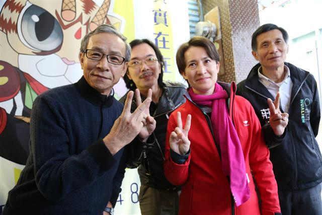 導演吳念真(左)選前到花蓮給民進黨籍立委候選人蕭美琴(右2)打氣。(中央社)