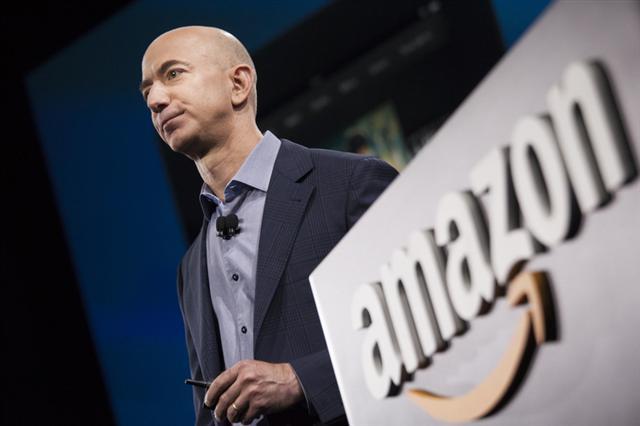 傑夫‧貝索斯於1994年創立了亞馬遜,公司業務始於線上書店,隨後走向多元化商品經營。而最新傳出的消息稱,亞馬遜將建立一個實體書店的全國性網絡,從網售回歸實體店銷售。(David Ryder/Getty Images)