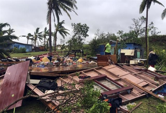 斐濟剛遭遇史上最強烈的熱帶氣旋溫斯頓侵襲,造成嚴重破壞。2月21日,斐濟開始大規模的清理。(NAZIAH ALI/AFP)