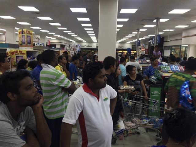 斐濟剛遭遇史上最強烈的熱帶氣旋溫斯頓侵襲,造成嚴重破壞。圖為2月21日,民眾在超市搶購食物。(Alice Clements/AFP)