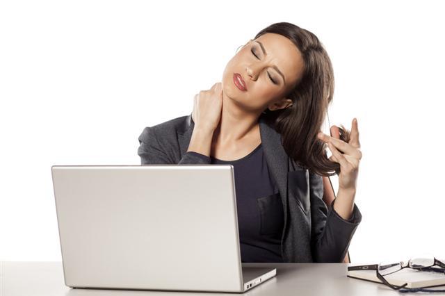 美國維吉尼亞大學的研究表明,財務壓力會使人感受到肉體上的疼痛。圖為一名頸部疼痛的女子。(Fotolia)