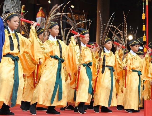 學者表示,中共若從中華文化保留最好的台灣,學回去文化中好的一面,將是中國走向復興的正途。圖為祭孔典禮上的八佾舞。(AFP)
